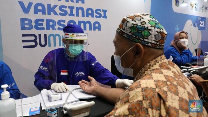 Warga lansia memeriksa kesehatan sebelum menerima vaksinasi Covi-19 di Sentra Vaksinasi Bersama COVID-19 di Istora Senayan, Jakarta, Rabu (10/3/2021). Kementerian BUMN menggelar Sentra Vaksinasi Bersama COVID-19 bagi lansia untuk mendorong percepatan program vaksinasi nasional demi mencapai target satu juta vaksin per bulan. (CNBC Indonesia/Andrean Kristianto)