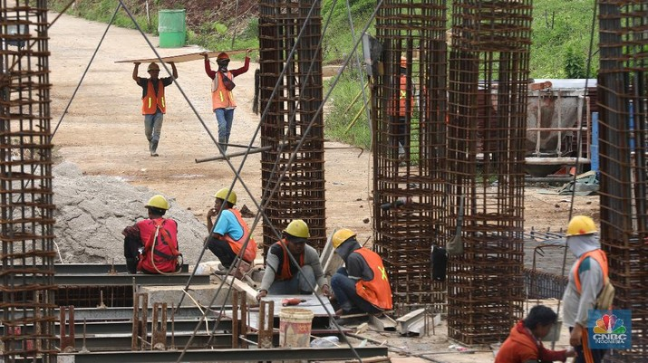 Pekerja mengerjakan proyek rumah DP 0 rupiah Nuansa Cilangkap, Jakarta, Jumat, (12/3/2021). (CNBC Indonesia/Muhammad Sabki)