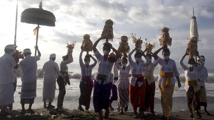 Umat Hindu Bali gelar ritual upacara Melasti. (AP/Firdia Lisnawati)