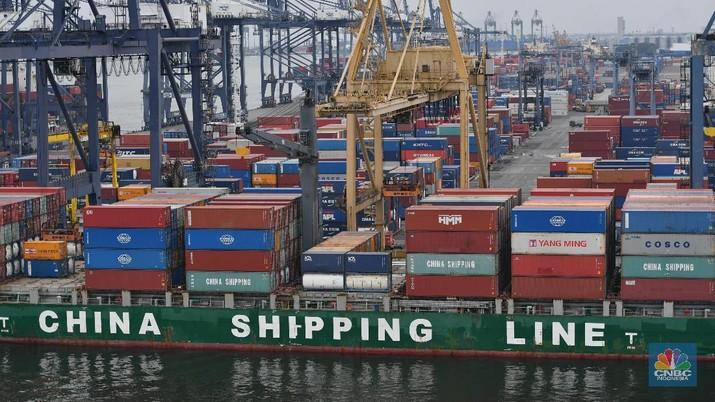 Aktifitas kapal ekspor impor di Pelabuhan Tanjung Priok, Jakarta, Senin (15/3/2021). Bandan Pusat Statistik (BPS) merilis laporan ekspor dan impor tecatat US$ 15,27miliar atau mengalami kenaikan 8,56% dibandingkan pada Februari 2020 (year-on-year/YoY) yang mencapai US$ 14,06 miliar. (CNBC Indonesia/Tri Susilo)