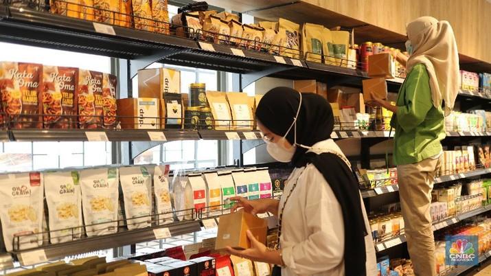 Karyawan menempelkan stiker produk Usaha Mikro, Kecil dan Menengah (UMKM) yang di jual di M Blok Market, Jakarta, Rabu (17/3/2021). M Blok market merupakan toko swalayan yang menjula 80 persen berbagai produk buatan dalam negeri dalam rangka mendukung program pemerintah dan mendukung kemudahan berusaha bagi UMKM.   (CNBC Indonesia/ Tri Susilo)
