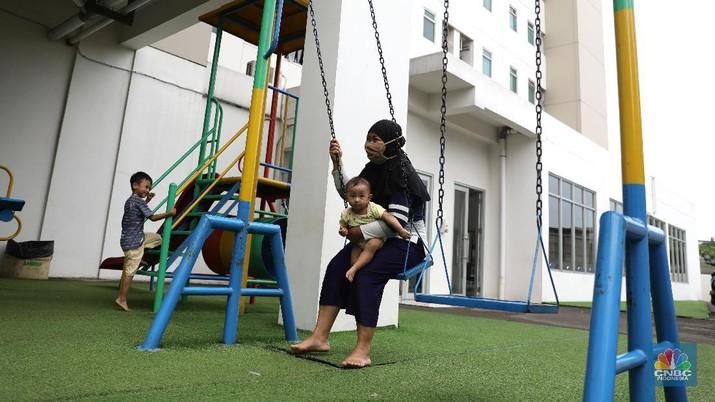 Aktivitas warga di pemukiman DP 0 Rupiah di Pondok Kelapa , Jakarta Timur, Rabu (17/3). Pemprov DKI Jakarta mengubah batasan penghasilan tertinggi masyarakat berpenghasilan rendah (MBR) yang ingin beli rumah DP 0 jadi Rp 14 Juta. Masyarakat berpenghasilan sampai Rp 14.800.000 per bulan itu diprioritaskan untuk penyediaan rumah susun sederhana milik (rusunami) melalui skema pembayaran uang muka nol rupiah (DP nol rupiah). Sebelumnya, terkait perubahan syarat kepemilikan rumah DP nol rupiah ini tertuang dalam RPJMD Pemprov DKI 2017-2022. Di fila itu disebutkan kelompok masyarakat yang perlu mendapatkan prioritas penyediaan rumah layak huni secara umum dengan kategori berdasarkan besaran penghasilan. Pantauan CNBC Indonesia di lapangan, menurut bagian pemasaran stok unit 2 kamar di lokasi tersebut sudah habis tinggal satu type studio (CNBC Indonesia/ Muhammad Sabki)