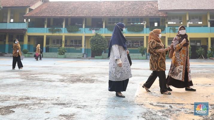 Kegiatan uji coba belajar mengajar tatap muka dengan menerapkan protokol kesehatan di SMPN 1 Bojonggede, Kabupaten Bogor, Jawa Barat, Kamis (18/3/2021). Sebanyak 170 sekolah di Kabupaten Bogor, Jawa Barat menggelar uji coba pembelajaran tatap muka di tengah pandemi virus corona. Tapi tidak semua sekolah yang mengusulkan pembelajaran tatap muka lantas diloloskan. Ratusan sekolah yang menggelar uji coba mulai hari ini terdiri atas 29 SD Negeri, 24 Madrasah Ibtidaiah (MI), 28 SMP, 18 Madrasah Tsanawiah (MTs), tujuh Madrasah Aliyah (MA), 32 SMA, dan 32 SMK. simulasi akan berlangsung sebulan sejak 9 Maret hingga 10 April 2021. Jika pada pelaksanaannya terdapat siswa ataupun guru yang positif Covid-19, maka pembelajaran di sekolah tersebut akan kembali menerapkan sistem daring.  (CNBC Indonesia/ Muhammad Sabki)