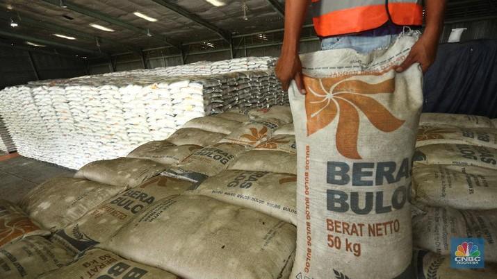 Pekerja merapikan beras Bulog di Gudang Bulog, Divisi Regional DKI Jakarta dan Banten  yang berada di kawasan Kelapa Gading, Jakarta (19/3/2021) . Pemerintah berencana Impor beras 1 juta ton. Dirut Perum Bulog Budi Waseso pun buka - bukaan soal kondisi ratusan ribu ton beras yang belum terpakai.   (CNBC Indonesia/ Tri Susuilo)