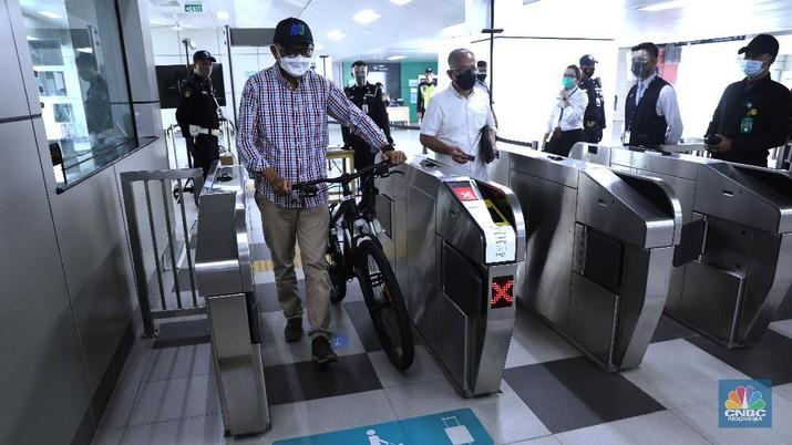 Direktur Utama (Dirut) PT MRT Jakarta William Sabandar meninjau kesiapan jelang simulasi uji coba sepeda non lipat masuk MRT di Stasiun Lebak Bulus, Jakarta, Jumat, 19/3. Sepeda non lipat agar diperbolehkan masuk dalam kereta. Rencananya, kebijakan ini akan diberlakukan mulai 24 Maret mendatang. Sebelumnya MRT hanya memperbolehkan sepeda lipat (folded bike) untuk naik kedalam kereta. Pada tahap awal implementasinya, hanya 3 stasiun MRT saja yang sudah dilengkapi dengan fasilitas jalur khusus sepeda di tangga stasiun. Alasan peluncuran fasilitas jalur khusus sepeda baru dipasang di 3 stasiun itu saja karena ketiganya merupakan letak strategis. Stasiun Lebak Bulus Grab dan Bundaran HI sama-sama stasiun akhir, sedangkan Blok M BCA berada di tengah-tengah rangkaian seluruh stasiun MRT Jakarta. Ada kriteria sepeda non lipat yang bisa masuk ke kereta MRT. Sepeda non lipat yang diizinkan masuk hanya sepeda reguler dengan dimensi maksimal 200 cm x 55 cm x 120 cm. Sedangkan, sepeda tandem dilarang masuk. (CNBC Indonesia/ Muhammad Sabki)