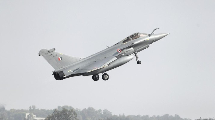 A French-made Rafale fighter jet takes off on the inaugural day of the Aero India 2021 at Yelahanka air base in Bengaluru, India, Wednesday, Feb. 3, 2021. Aero India is a biennial event where aviation companies display their products and technology. (AP Photo/Aijaz Rahi)