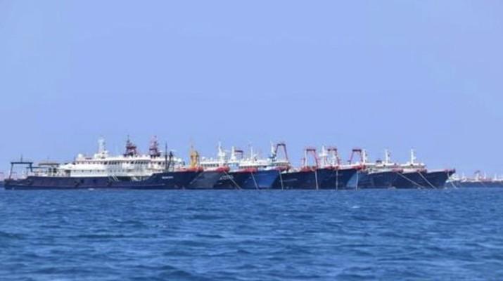 Penjaga Pantai Filipina / Satuan Tugas Nasional-Laut Filipina Barat, beberapa dari 220 kapal Tiongkok terlihat tertambat di Whitsun Reef, Laut Cina Selatan (Philippine Coast Guard/National Task Force-West Philippine Sea via AP)
