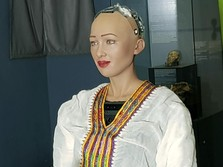 Robot Sophia Lelang Lukisan Pertamanya Pakai NFT