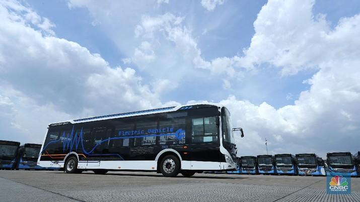 Bus listrik terparkir di Depo Transportasi Jakarta (Transjakarta), Cawang, Jakarta, Selasa (23/3/2021). PT Transportasi Jakarta menyampaikan pihaknya berencana mengoperasikan 30 unit bus listrik. (CNBC Indonesia/Tri Susilo)
