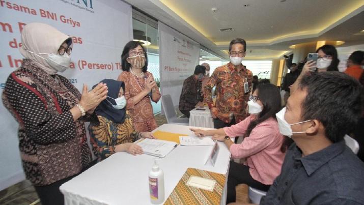 Direktur Layanan dan Jaringan BNI Ronny Venir (ketiga kanan), Direktur Bisnis Konsumer BNI Corina Leyla Karnalies (kiri), dan Direktur Pemasaran Perumnas Tambok P Setyawati (ketiga kiri) pada Akad KPR bersama di Tangerang Selatan, Banten, (Rabu 24 Maret 2021). (BNI)