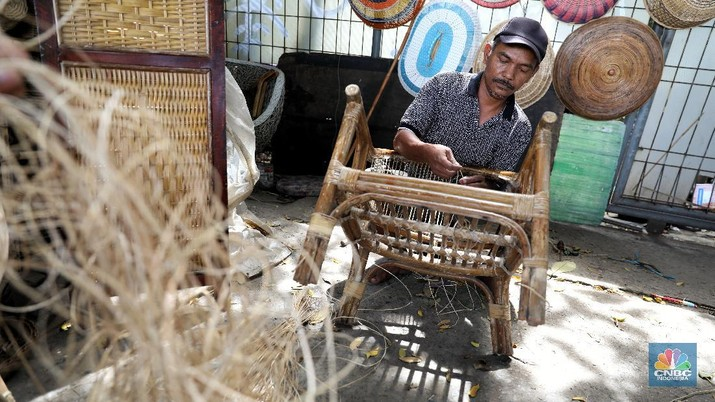 Sunarto (49) pengrajin rotan sedang memperbaiki kursi di tokonya di kawasan Pasar Minggu, Jakarta, Rabu (24/3/2021). (CNBC Indonesia/Andrean Kristianto)