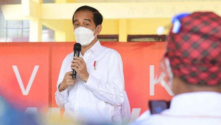 Vaksinasi di kantor kecamatan Kao, Kab Halmahera Utara, Prov Maluku. (Foto: Muchlis Jr - Biro Pers Sekretariat Presiden)
