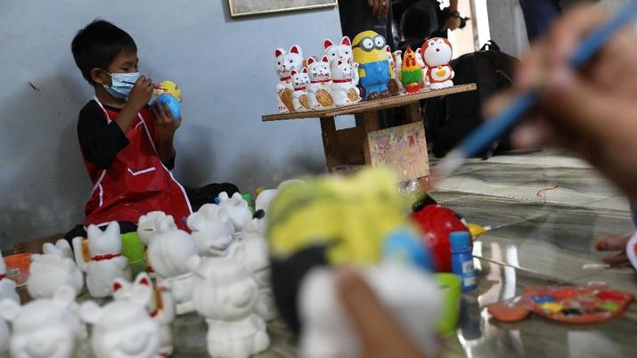 Sejumlah anak melukis kerajinan berbahan dasar gypsum di Saung's Art gallery di kawasan Pondok Cabe, Tangerang Selatan, Kamis (25/3/2021).  (CNBC Indonesia/Andrean Kristianto)
