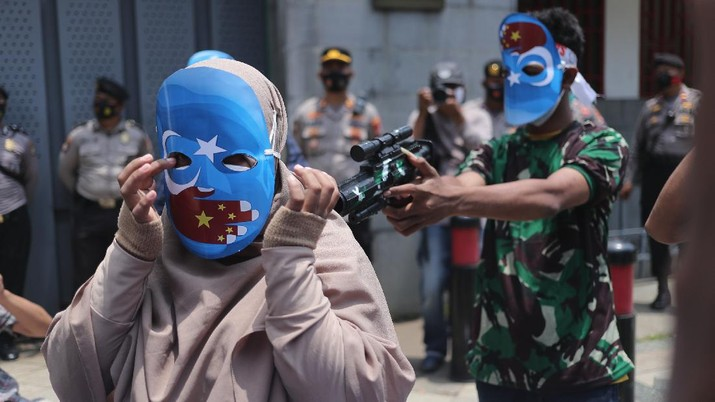 Sejumlah massa menggelar aksi protes di depan Kedubes Tiongkok, Mega Kuningan, Jakarta, Kamis (25/3/2021). Massa aksi mengancam tindakan diskriminatif yang dialami etnis Muslim Uighur di Xianjiang, China. (CNBC Indonesia/Tri Susilo)