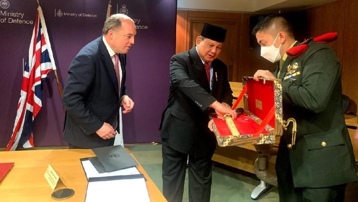 Menteri Pertahanan RI Prabowo Subianto melakukan kunjungan kerja ke London, Inggris, pada 22-24 Maret 2020. Kunjungan dilakukan dalam rangka meningkatkan kerja sama bilateral di bidang pertahanan RI-Inggris. (Dok: Kemenhan)