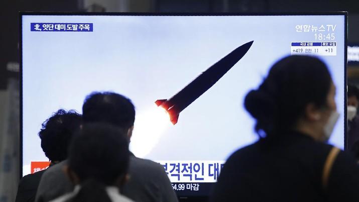 Orang-orang menonton TV yang menunjukkan peluncuran rudal Korea Utara selama program berita di Stasiun Kereta Suseo di Seoul, Korea Selatan, Kamis. 25 Maret 2021. (AP/Ahn Young-joon)