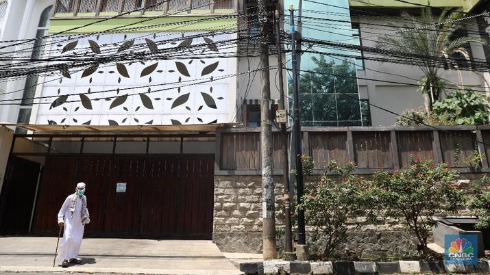 Suasana lokasi ditemukannya benda mencurigakan di Perumahan Cipinang Indah, Jakarta Timur, Jumat (26/3/2021). (CNBC Indonesia/Andrean Kristianto)