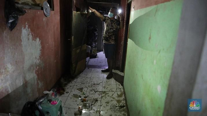 Warga menunjukkan kerusakan rumah akibat kebakaran yang menimbulkan ledakan dari tangki minyak milik Pertamina RU VI Balongan, Indramayu, Jawa Barat, Senin (29/3/2021). Akibat kejadian tersebut sejumlah rumah disekitar lokasi kejadian rusak dan warga terpaksa mengungsi. (CNBC Indonesia/Andrean Kristianto)