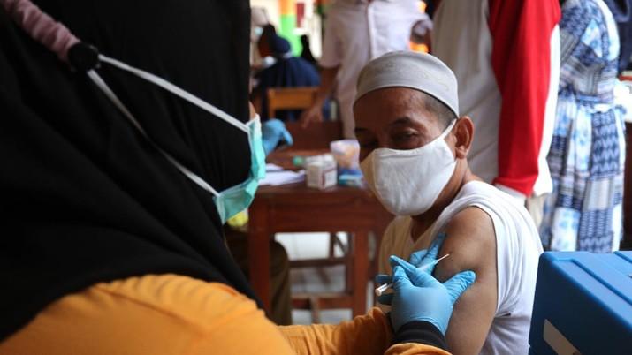 Sejumlah lansia mengantri untuk penyuntikan vaksin covid-19 di SDN 17 Pagi, Kebayoran Lama, Jakarta, Selasa (30/3/2021). Pemerintah kota DKI Jakarta Selatan menjemput warga (lansia) untuk mempercepat vaksinasi Covid-19. (CNBC Indonesia/Tri Susilo)