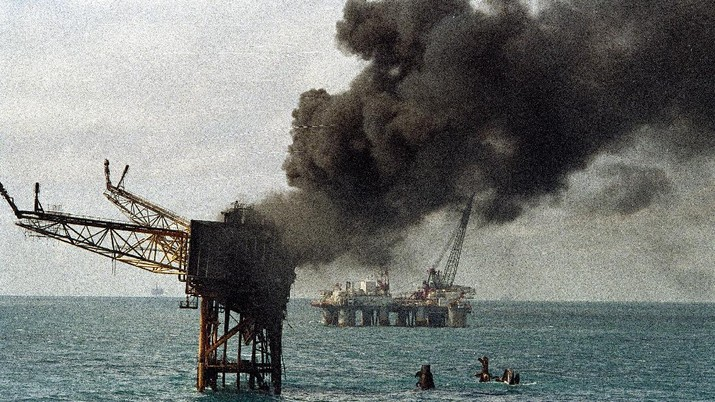 Smoke pours from the remains of the Piper Alpha Oil platform in the North Sea off the coast of Scotland, Friday July 8, 1988. 160 oil rig workers were killed Wednesday night when a massive explosion and fire ripped through the platform. (AP Photo/Dave Cauklin)