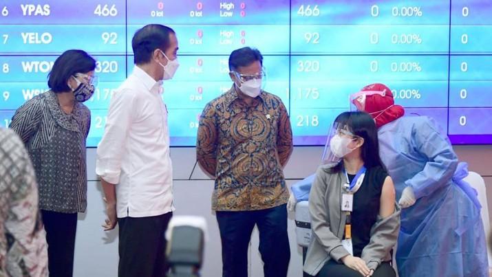 Jokowi Tinjau Vaksinasi Perbankan (Foto: Muchlis Jr - Biro Pers Sekretariat Presiden)