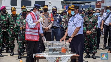 menteri perhubungan budi karya sumadi didampingi ketua knkt soerjanto tjahjono dan sejumlah pejabat menyampaikan press stateme 7 169