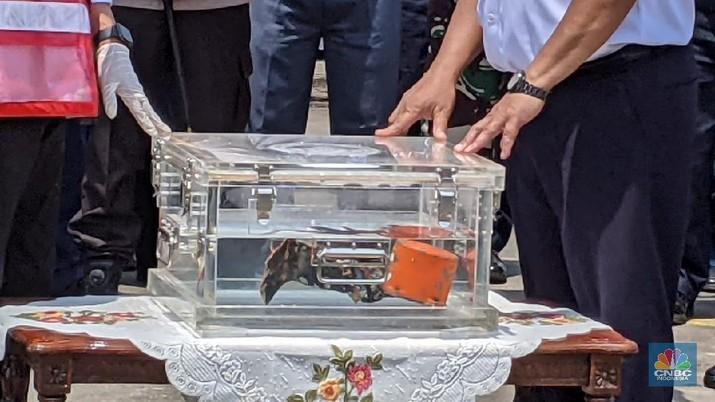 Menteri Perhubungan Budi Karya Sumadi didampingi Ketua KNKT Soerjanto Tjahjono dan sejumlah pejabat  menyampaikan press statement tentang penemuan Cockpit Voice Recorder atau CVR pesawat Sriwijaya Air SJ-182. (CNBC Indonesia/Emir)