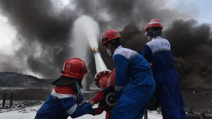 Petugas pemadam kebakaran memadamkan tangki minyak Balongan, Indramayu (Pertamina)