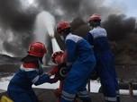 Penampakan Fire Fighter Padamkan Kilang Minyak Balongan
