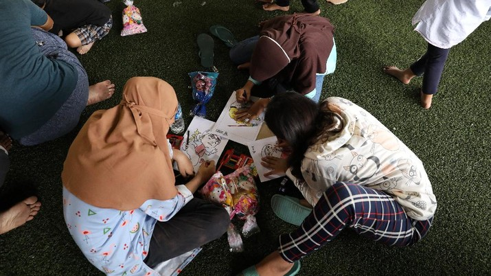 Sejumlah anak pengungsi dari kebakaran kilang Pertamina Balongan Indramayu mewarnai saat berada di tempat pengungsian di Lapangan Futsal GOR Bumi Patra, Indramayu, Jawa Barat, Rabu (31/3/2021). Kegiatan  mewarnai tersebut menjadi salah satu upaya penyembuhan trauma (trauma healing) yang diberikan oleh para relawan agar sejumlah anak-anak tetap ceria saat berada di lokasi pengungsian. (CNBC Indonesia/Andrean Kristianto)