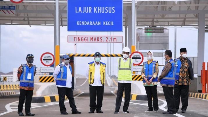 Presiden Joko Widodo (Jokowi) meresmikan pengoperasian Jalan Tol  Serpong-Cinere Seksi I Ruas Serpong-Pamulang pada Kamis (1/4). Tol itu dibangun sepanjang 6,5 kilometer (km). (Lukas - Biro Pers Sekretariat Presiden)