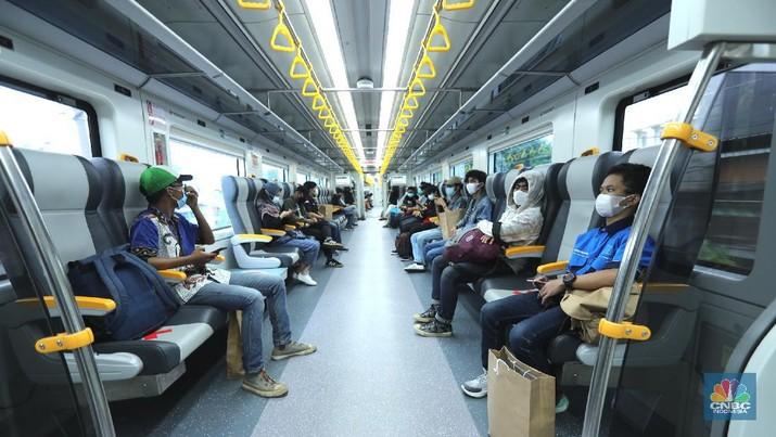 PT Railink meluncurkan Kereta Api (KA) Bandara Premium dari dan ke Bandara Internasional Soekarno-Hatta (Soetta) dengan tarif murah, Jakarta, Kamis (1/4/2021). KA Bandara dibandrol mulai dari Rp 5 ribu per penumpang. (CNBC Indonesia/Tri Susilo)