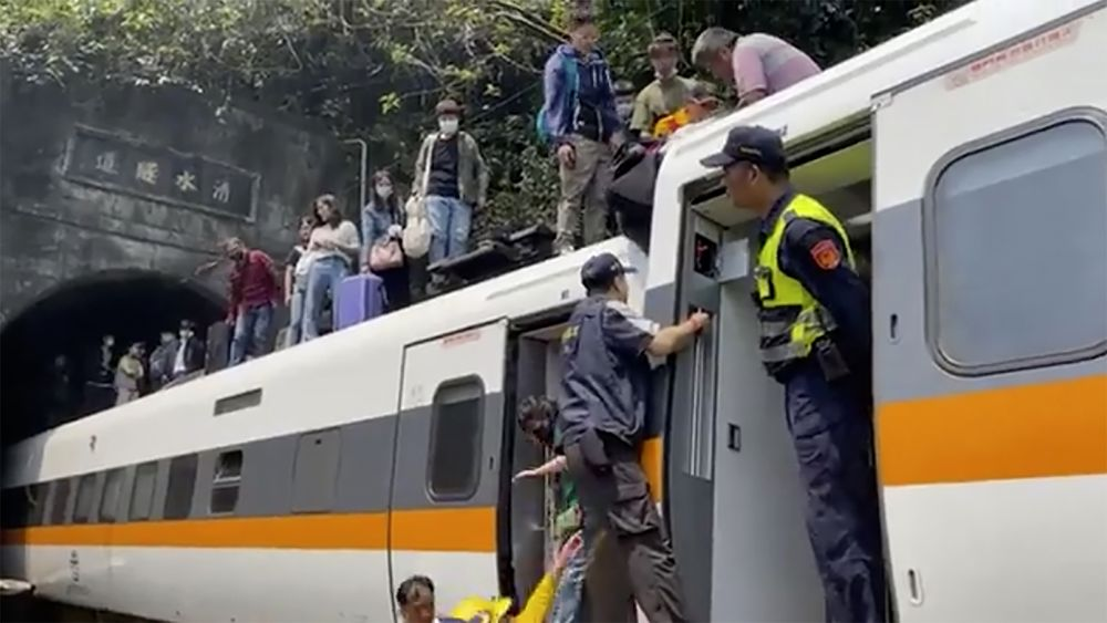 Kereta yang keluar rel di Taiwan pada 2 April 2021. AP/