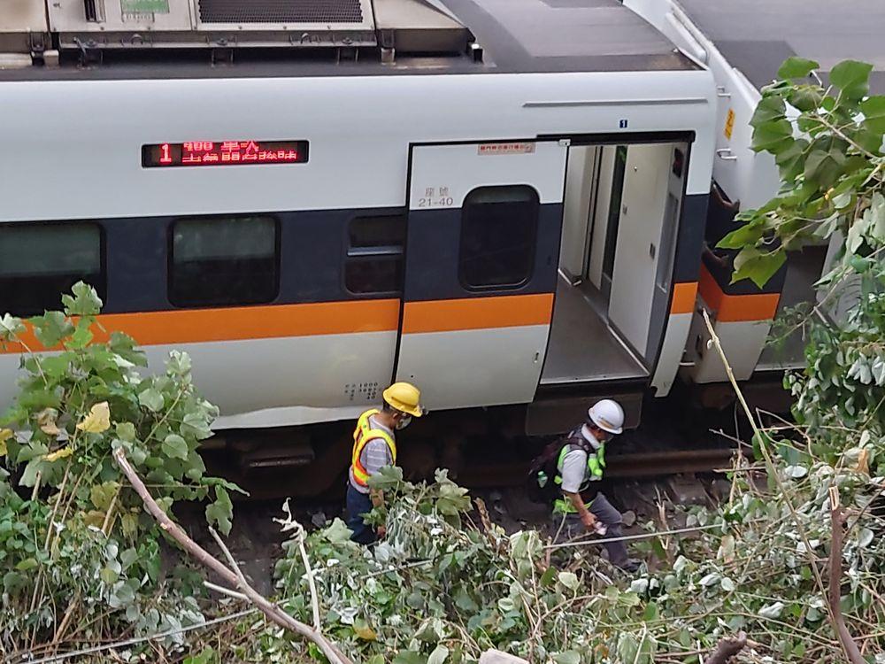 Kereta yang keluar rel di Taiwan pada 2 April 2021. (AP/Chiang Ying-ying)