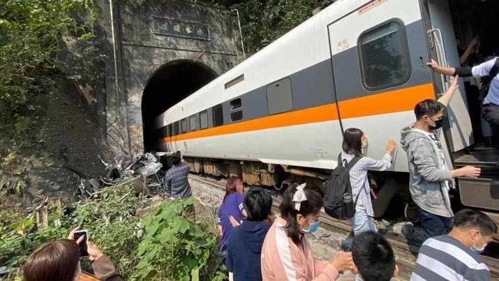 Kereta yang keluar rel di Taiwan pada 2 April 2021. (Dok: Facebook/The Straits Times)