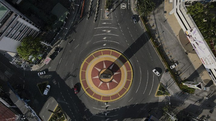 An almost empty Welcome Rotonda roundabout is seen as the government implements a strict lockdown to prevent the spread of the coronavirus on Good Friday, April 2, 2021 in Manila, Philippines. Filipinos marked Jesus Christ's crucifixion Friday in one of the most solemn holidays in Asia's largest Catholic nation which combined with a weeklong coronavirus lockdown to empty Manila's streets of crowds and heavy traffic jams. Major highways and roads were eerily quiet on Good Friday and churches were deserted too after religious gatherings were prohibited in metropolitan Manila and four outlying provinces. (AP Photo/Aaron Favila)