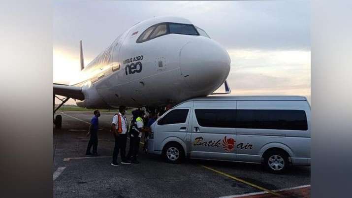 Shuttle bus Batik Air tabrak pesawat parkir di Bandara Soekarno-Hatta. (Instagram/@Aguspambagio)