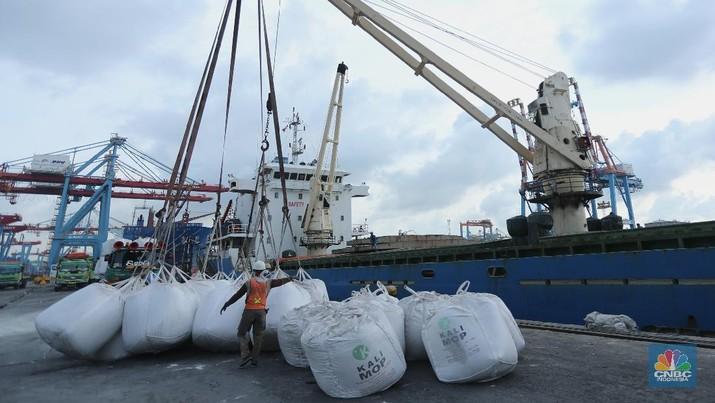 Buruh angkut pelabuhan mengangkut karung pupuk subsidi dari kapal saat bongkar muat di Pelabuhan Tanjung Priok, Jakarta, Senin (5/4/2021). Kementrian Pertanian mengungkapkan bahwa realisasi penyaluran pupuk subsidi telah mencapai 1,9 juta ton atau setara 21% dari alokasi tahun 2021 sebesar 9,04 juta ton dan 1,5 juta liter pupuk organik cair.  (CNBC.Indonesia/ Tri Susilo)