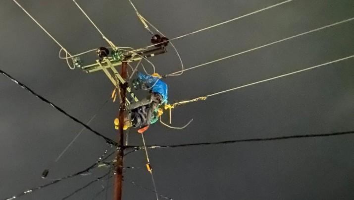 PLN melakukan pemulihan kelistrikan terdampak cuaca ekstrim, banjir dan longsor yang melanda beberapa kabupaten di Provinsi Nusa Tenggara Timur (NTT). (Dok. PLN)