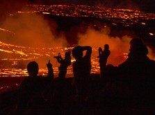 Menantang Bahaya, Warga Tonton Lava Gunung Berapi di Islandia
