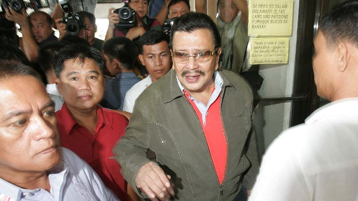 Ousted Philippine President Joseph Estrada walks with tight security as he visits his sick mother Mary Ejercito at the hospital in suburban San Juan, east of Manila on Sunday Sept. 9, 2007. The Philippine anti-graft court will issue a verdict next week in the 6-year-old plunder trial of ousted President Joseph Estrada, an official said Friday, as security forces braced for possible unrest by his supporters. (AP Photo/Aaron Favila)