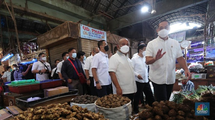 Menteri Perdagangan (Mendag) Muhammad Lutfi berbincang dengan pedagang saat mengunjungi Pasar Kramat Jati, Jakarta, Rabu (7/4/2021). (CNBC Indonesia/ Tri Susilo)