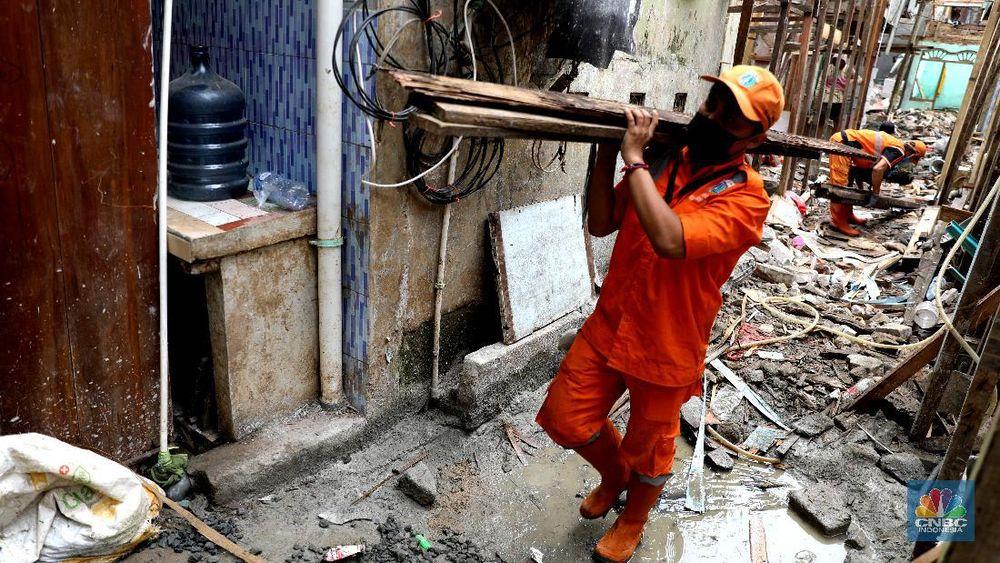 Pekerja mengerjakan bangunan proyek bedah rumah di Kawasan Kebon Pala, Jakarta Timur, Rabu (7/4). Sebanyak 40 rumah langganan banjir di RT 13 RW 04, Kebon Pala, Kampung Melayu, akan direnovasi oleh Pemprov DKI Jakarta. Untuk saat ini pengerjaan 18 rumah terlebih dahulu dan ditargetkan selesai setelah ramadhan. Renovasi rumah itu akan dibuat model panggung. Selain itu, warga yang rumahnya sedang dalam tahap renovasi dipindahkan oleh pemerintah ke beberapa rumah kontrakan dan kos-kosan. Sementara itu, Ita merasa terbantu atas bantuan yang diberikan pemerintah. Nana 50 Th salah satu warga Rt 013 RW 04 yang rumahnya direnovasi mengaku bersyukur.