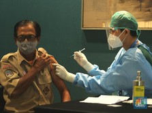 Aktivitas Vaksinasi Covid-19 di DKI, 1 Pemuda Bawa 2 Lansia