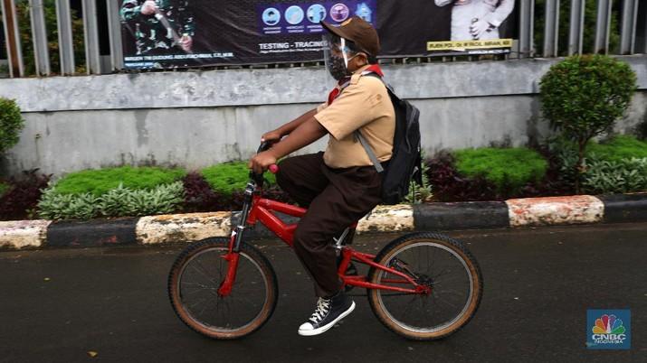 Suasana uji coba pembelajaran tatap muka hari pertama di SDN Cipinang Melayu 08 pagi, Jakarta, Rabu (7/4/2021). Pemerintah Provinsi DKI melakukan uji coba pembelajaran tatap muka terbatas di 85 sekolah mulai 7 April hingga 29 April 2021 dengan menerapkan protokol kesehatan Covid-19 yang ketat. Skema yang akan diterapkan adalah pembelajaran tatap muka secara bergantian di dalam ruangan maksimum 50 persen dari kapasitas ruangan. Kepala Sudin Pendidikan Wilayah 2 Jakarta Timur, Putoyo saat ditemui CNBC Indonesia mengatakan