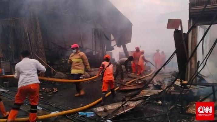 Kebakaran melanda Pasar Kebon Melati dan Pasar Kambing, Tanah Abang, Jakarta Pusat, Kamis (8/4). (CNNIndonesia/Yogi Anugrah)