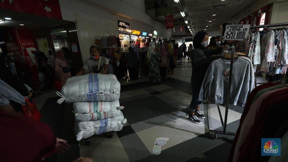 Pengunjung memilih pakaian muslim di Pasar Tanah Abang, Jakarta, Kamis (8/4/2021). Pasar Tanah Abang mulai terpantau ramai pengunjung menjelang bulan suci Ramadhan, keramaian tersebut tentu menimbulkan kekhawatiran adanya penularan Covid-19, walaupun pedagang sudah di Vaksin. Menurut Yati (49) pedagang pakain muslim mengatakan