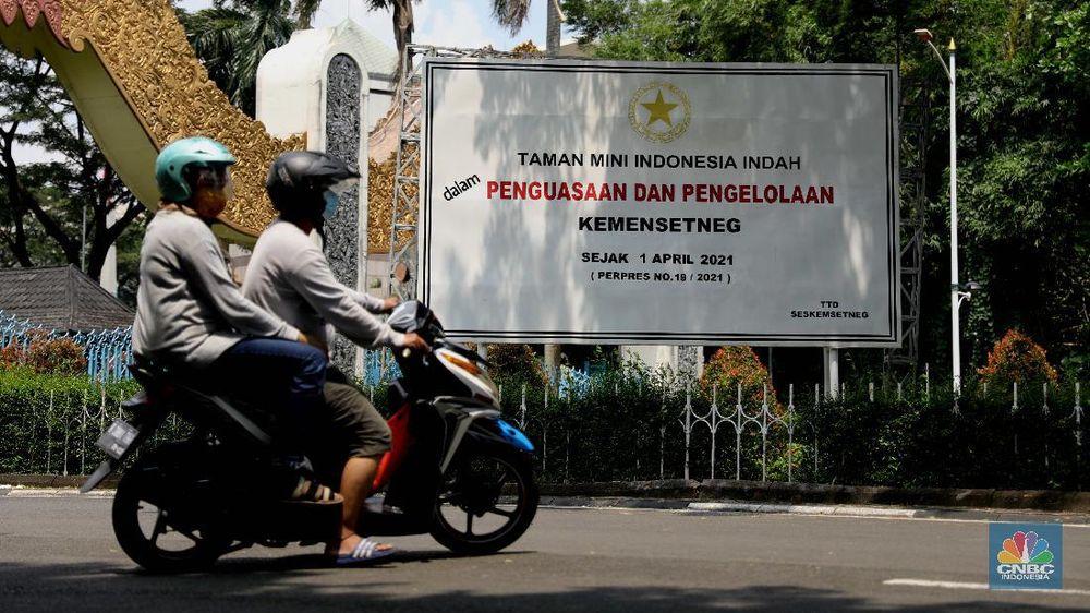 Pengunjung berjalan di depan taman legenda di TMII, Jakarta, Kamis (8/4/2021). Pemerintah melalui Kementerian Sekretariat Negara (Kemensetneg) menyampaikan pengambilalihan Taman Mini Indonesia Indah (TMII) yang selama ini dikuasai Yayasan Harapan Kita milik keluarga mantan Presiden Suharto. TMII merupakan aset negara dan mulai tahun ini, pengelolaan aset negara itu diambil alih Kemensetneg. Mensesneg Pratikno menjelaskan, TMII sebelumnya dikelola selama hampir 44 tahun oleh Yayasan Harapan Kita. Untuk diketahui Yayasan Harapan Kita didirikan oleh istri Presiden RI ke-2 Soeharto, Tien Soeharto (CNBC Indonesia/ Muhammad Sabki)