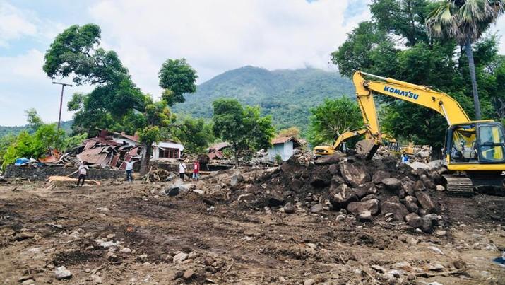 Presiden Joko Widodo mengunjungi desa Tapolangun, Kab Lembata yang menjadi lokasi korban banjir bandang Lembata NTT (9/4/2021). (Biro Pers Sekretariat Presiden/Laily Rachev)