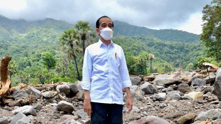 Presiden Joko Widodo mengunjungi desa Tapolangun, Kab Lembata yang menjadi lokasi korban banjir bandang Lembata NTT (9/4/2021).(Dok Agus Suparto)